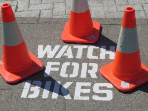 'Watch for Bikes' Warnung auf der Straße