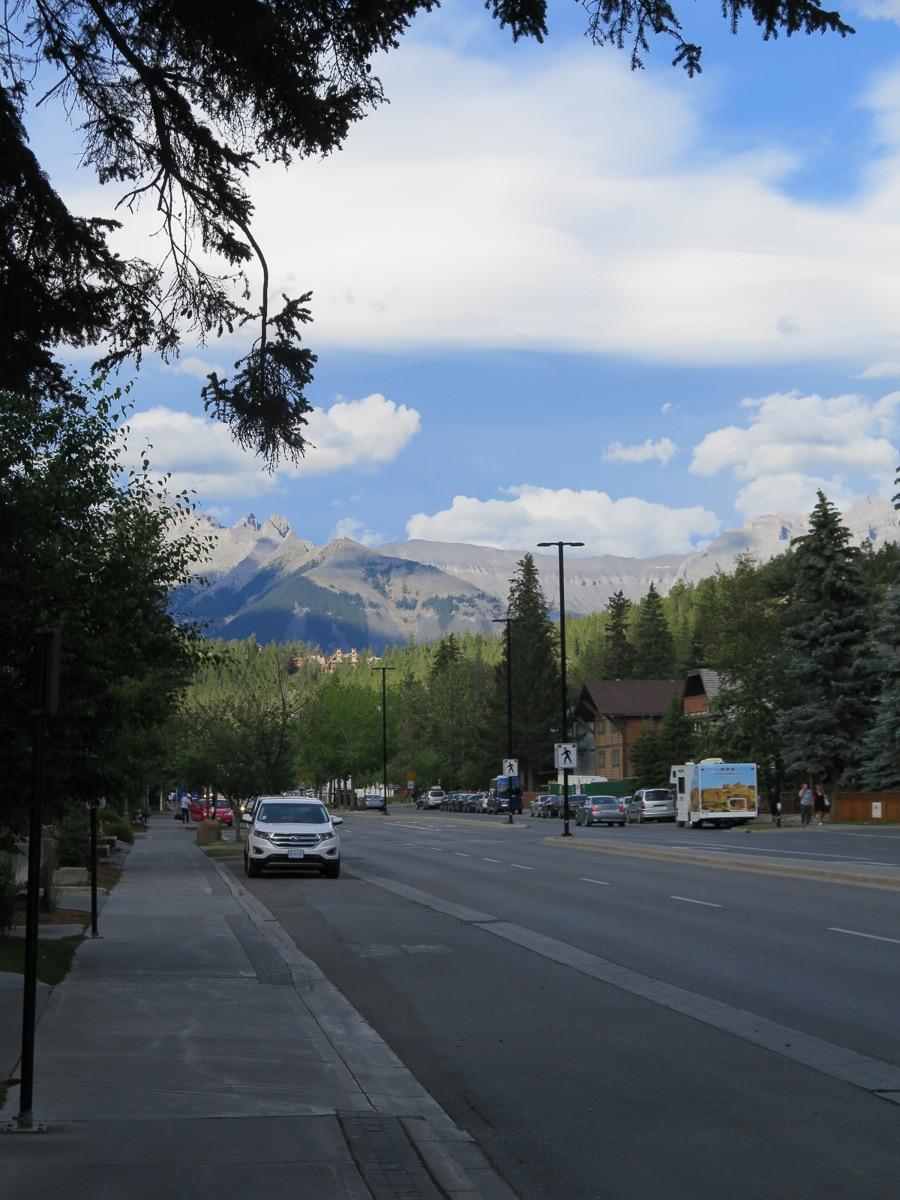 Banff Straße mit Berge im Hintergrund