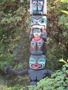 Foto von einem Totempfahl in Stanley Park in Vancouver