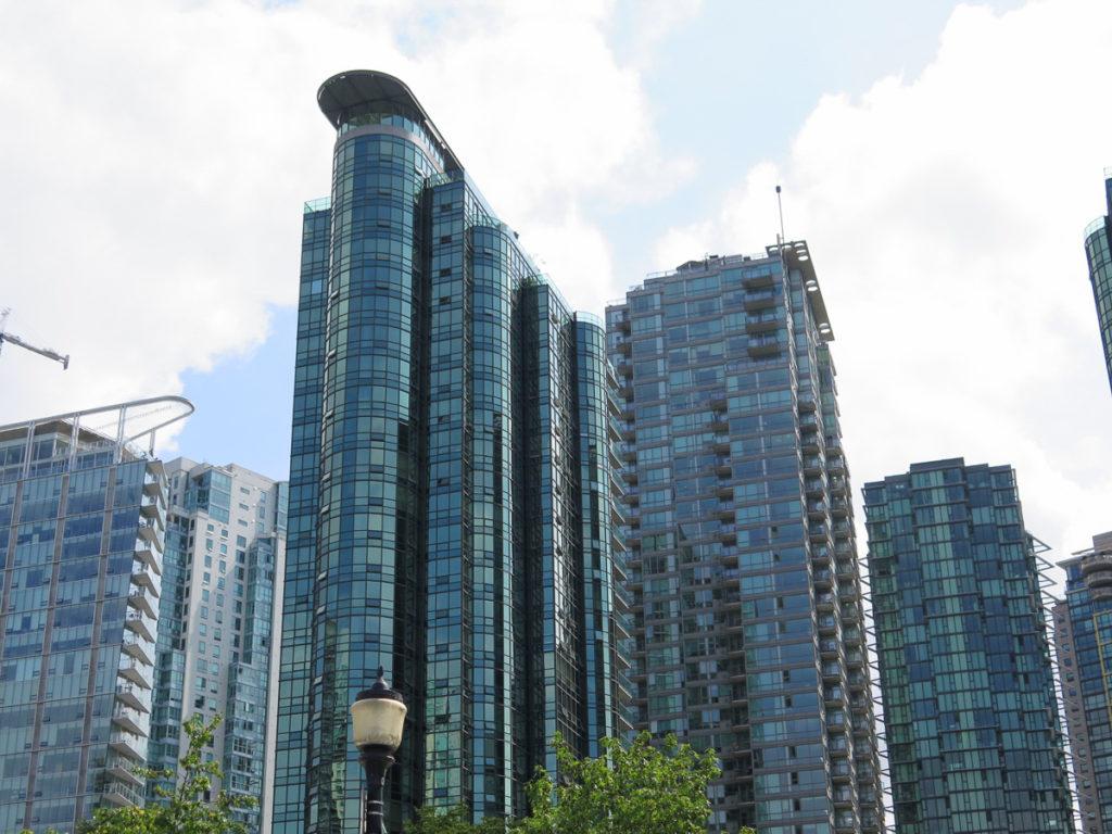 Foto von einem Hochhaus mit Glassfassade in Vancouver