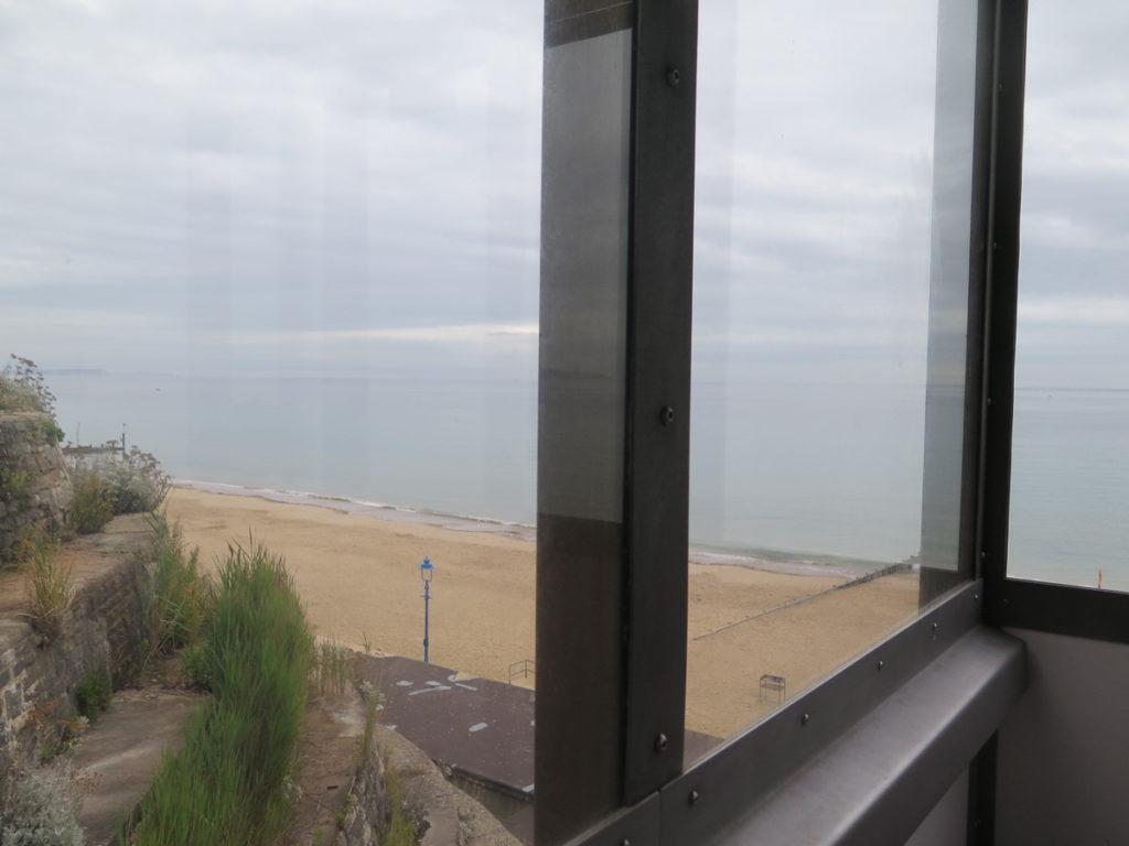 Sicht vom Clifflift auf Strand und Meer in Bournemouth