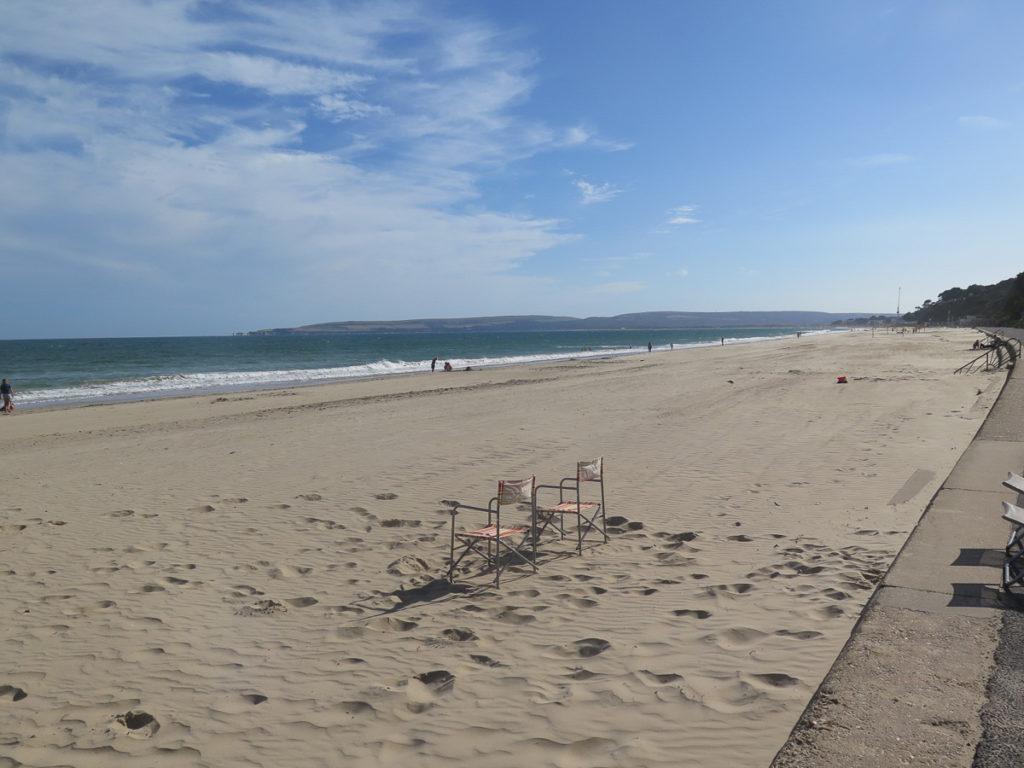 Sandstrand und 2 Klappstühle am Meer in Bournemouth