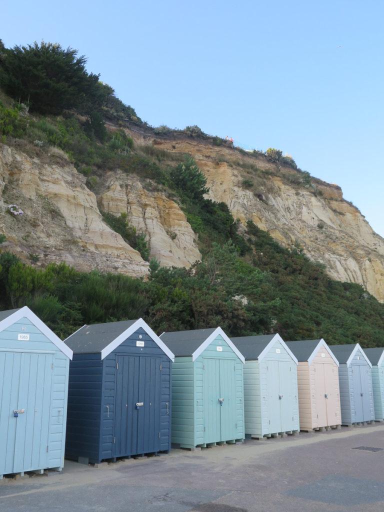 Strandhäuschen in Bournemouth in Pasteltönen