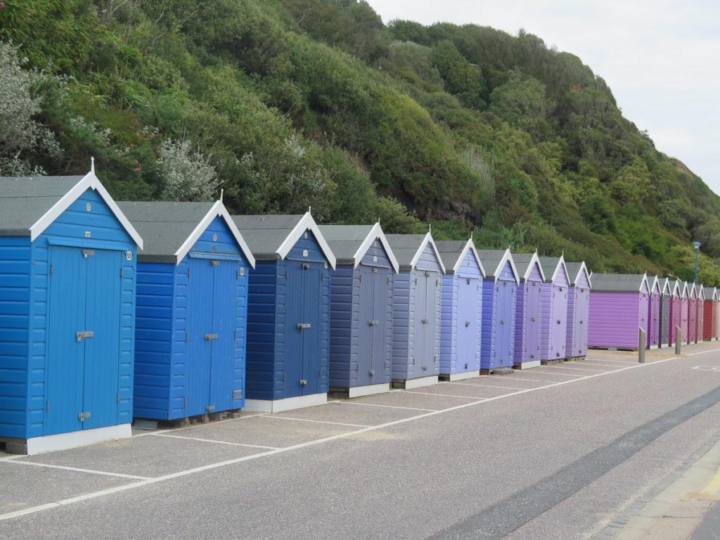 Strandhäuschen in Bournemouth von blau bis Pink