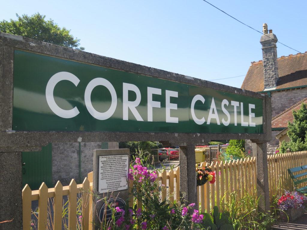Corfe Castle Schild am Bahnhof