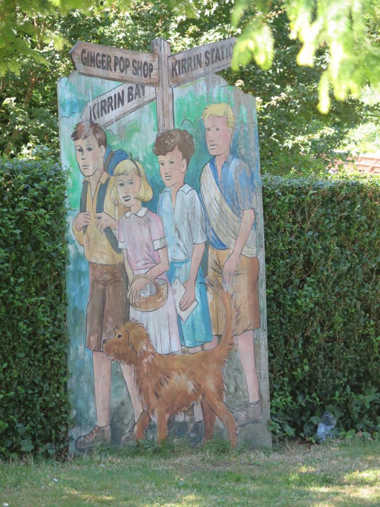 Ein Schild wo 'Fünf Freunde' von Enid Blyton gezeigt werden
