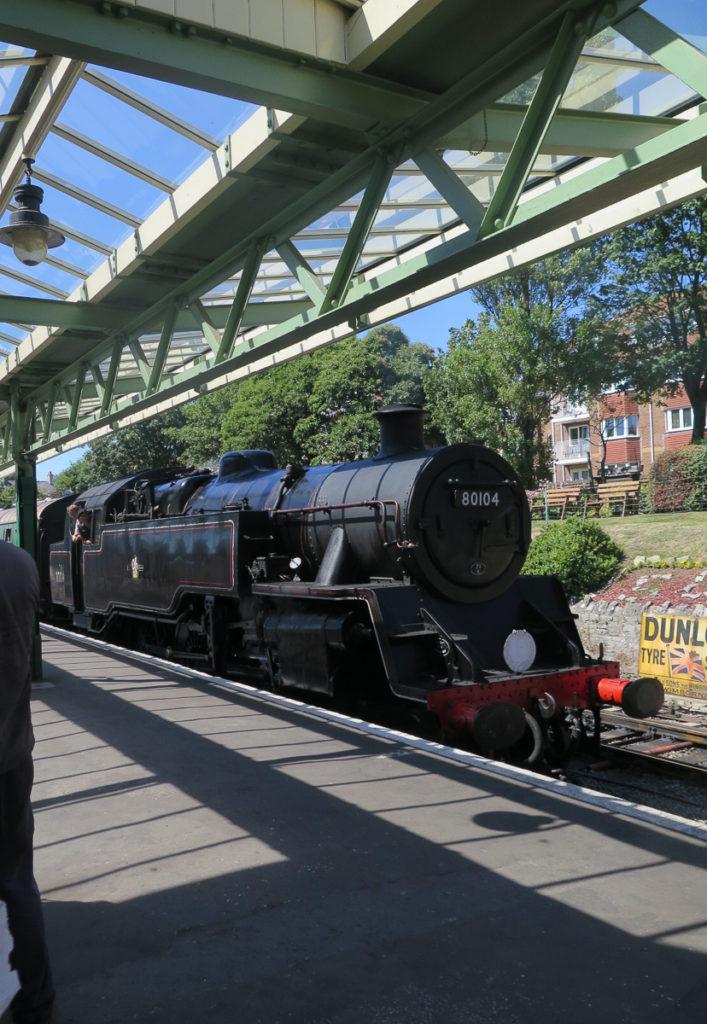 schwarzer Damfzug zwischen Swanage und Corfe Castle am Bahnhof in Swanage