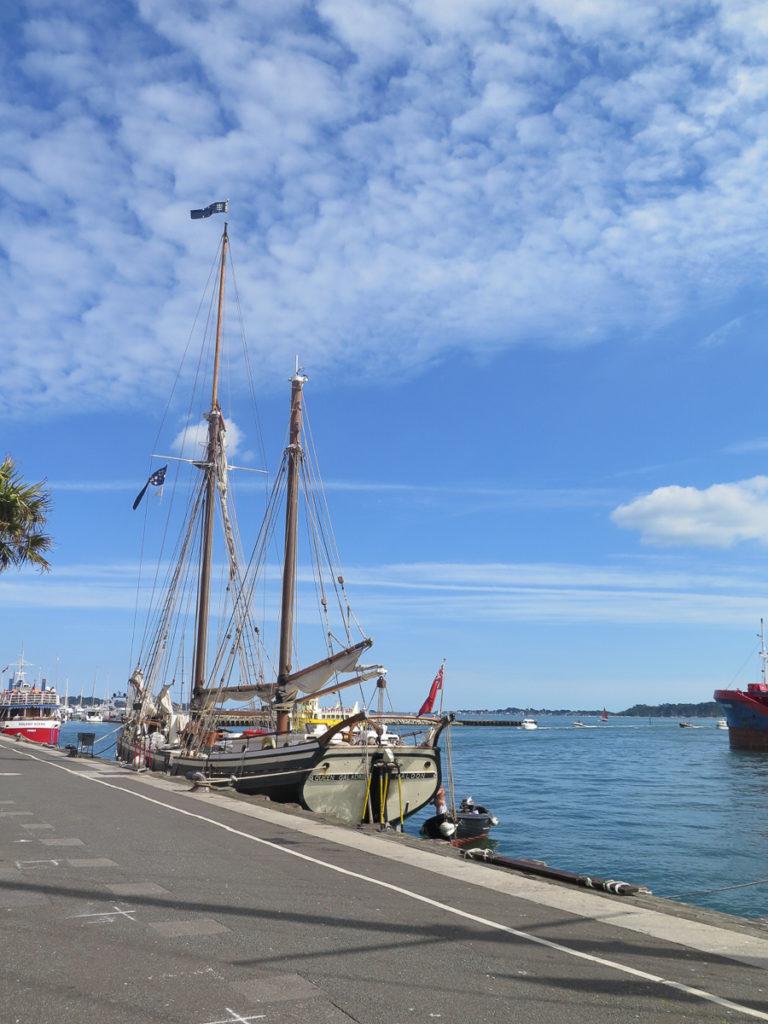 Ein Schiff im Hafen von Poole mit blauem Himmel