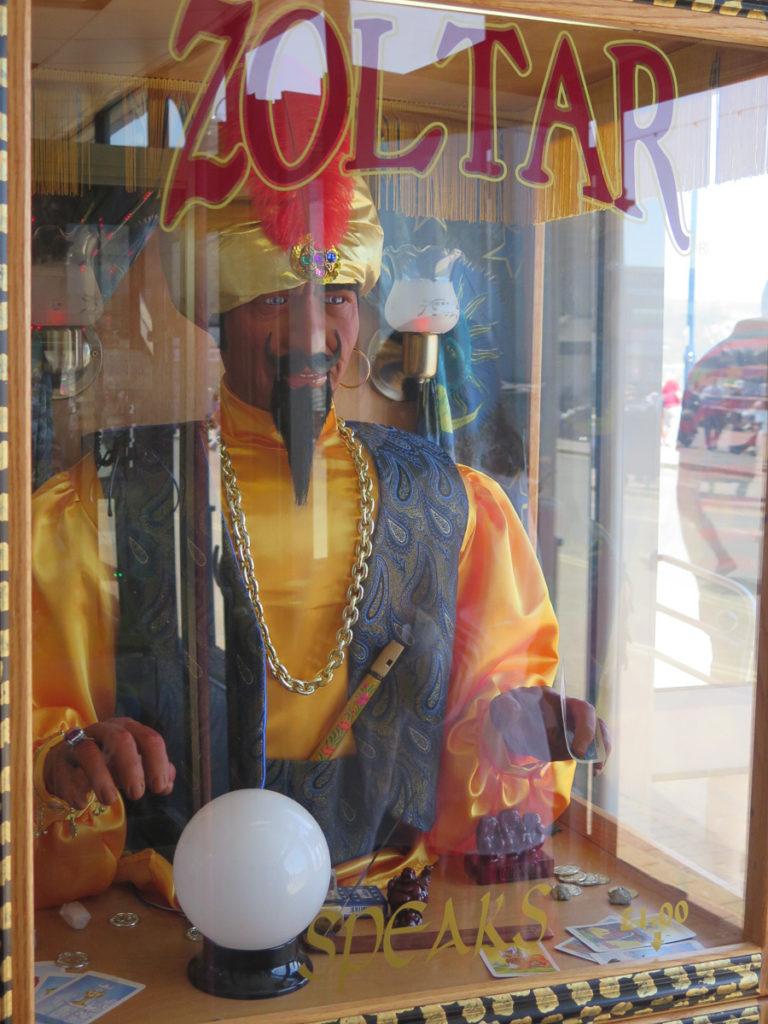Bild von einer Wahrsagerpuppe, Zoltar, in eine Spielhalle in Swanage