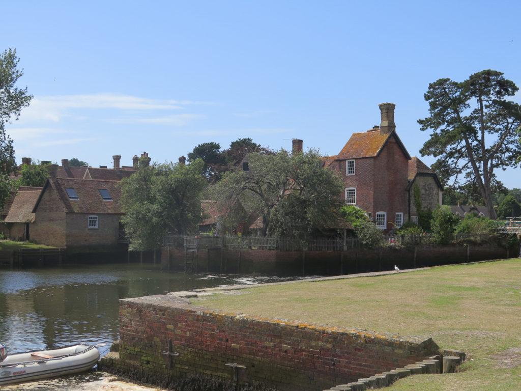 Aussicht auf Beaulieu, englisches Cottage und ein Fluss davor