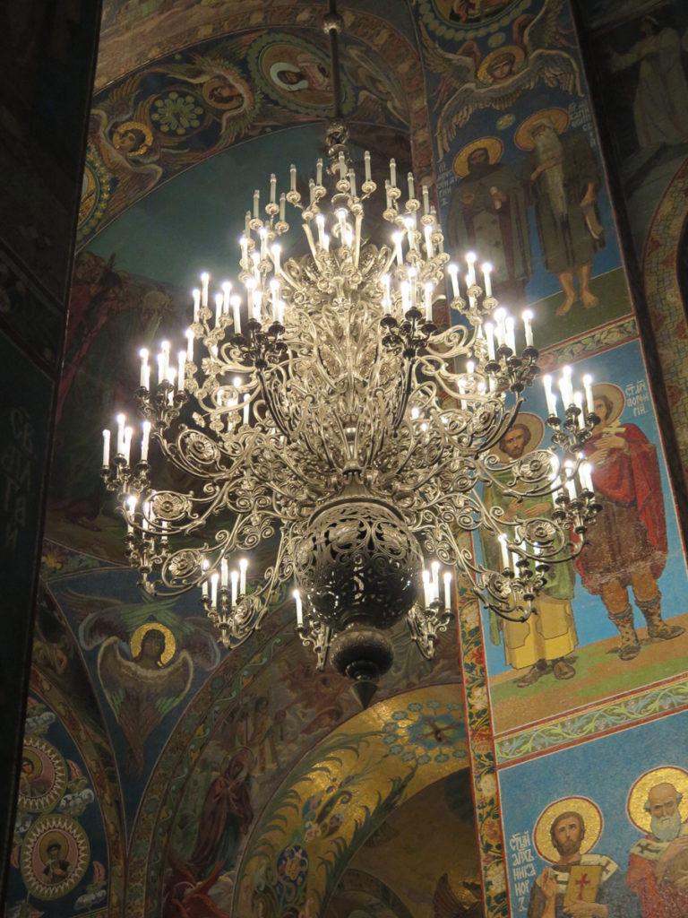Kronleuchter in der Erlöserkirche in St. Petersburg