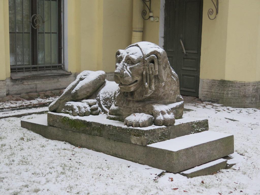 Löwenskulptur auf dem Friedhof Alexander Nevski Kloster in St. Petersburg