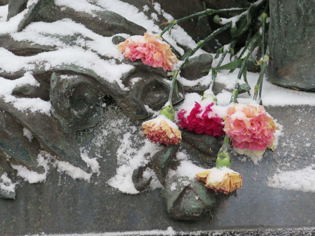 Blumen im Schnee auf dem Friedhof Alexander Nevski Kloster in St. Petersburg