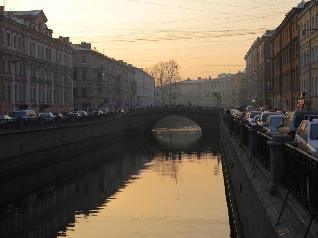 Kanal in St. Petersburg am Abend