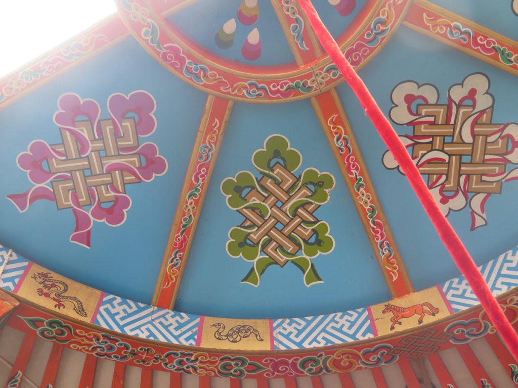 Schön bemalte Decke von eine Jurte in der Mongolei