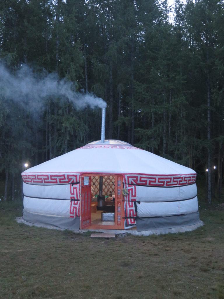 mongolische Jurte mit rauchendem Schornstein