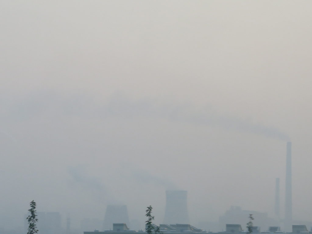 Fabriken im Nebel in Ulaanbaatar durch Waldbrände in Siberien