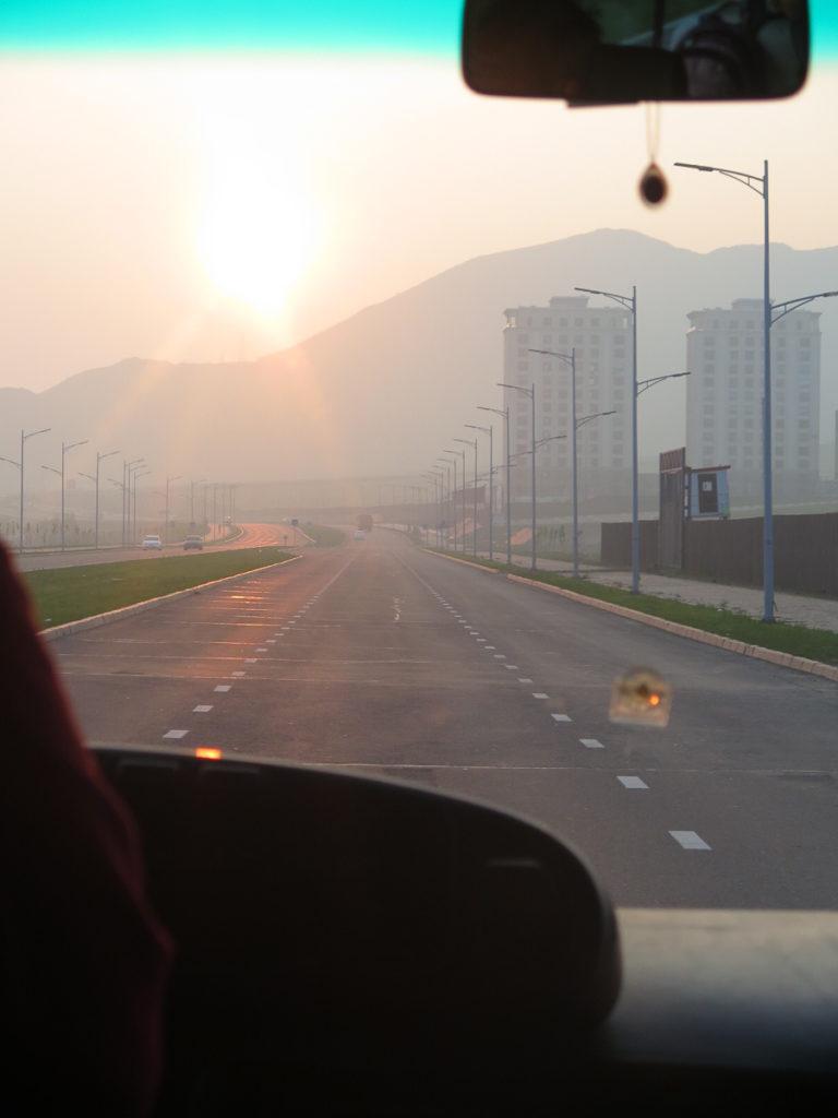 Sonnenaugang vom Bus aus auf der Straße nach Ulaanbatar mit Nebel durch Waldbrände