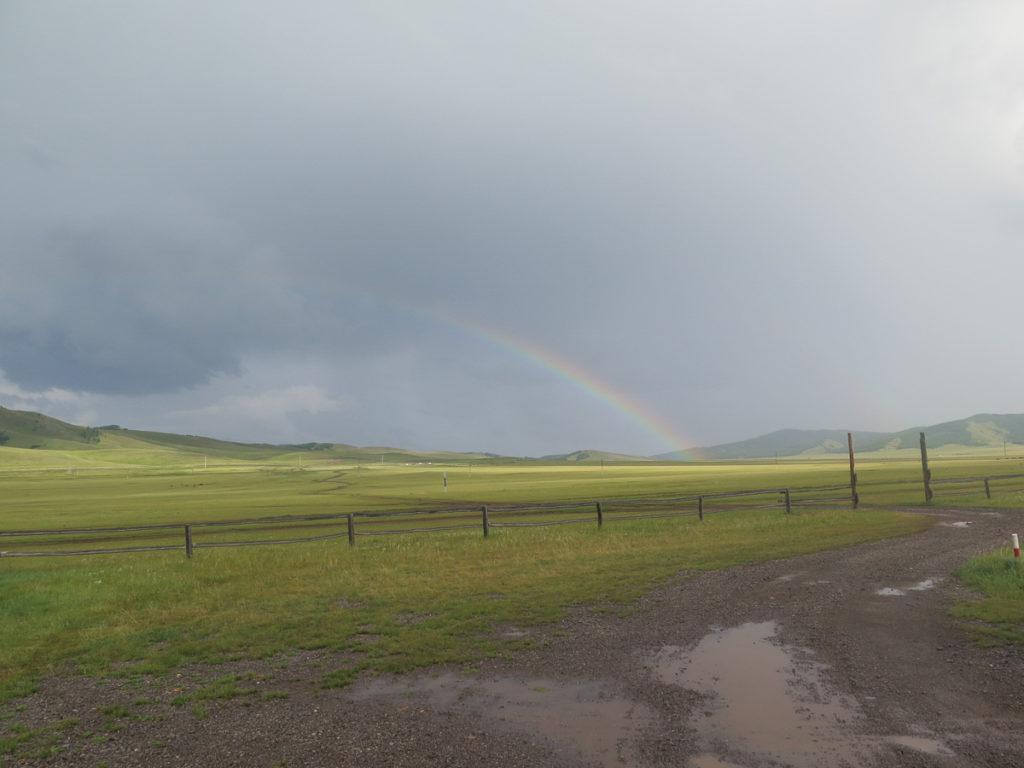 Regenbogen in mongolische graslandschaft