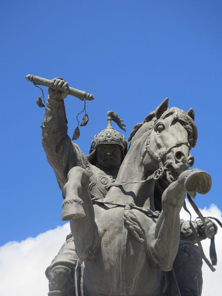 Pferd mit Reiterstatue in Murun Mongolei
