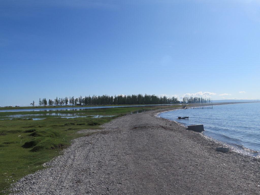 Chuwsgulsee mit mittelinsel und Bäume