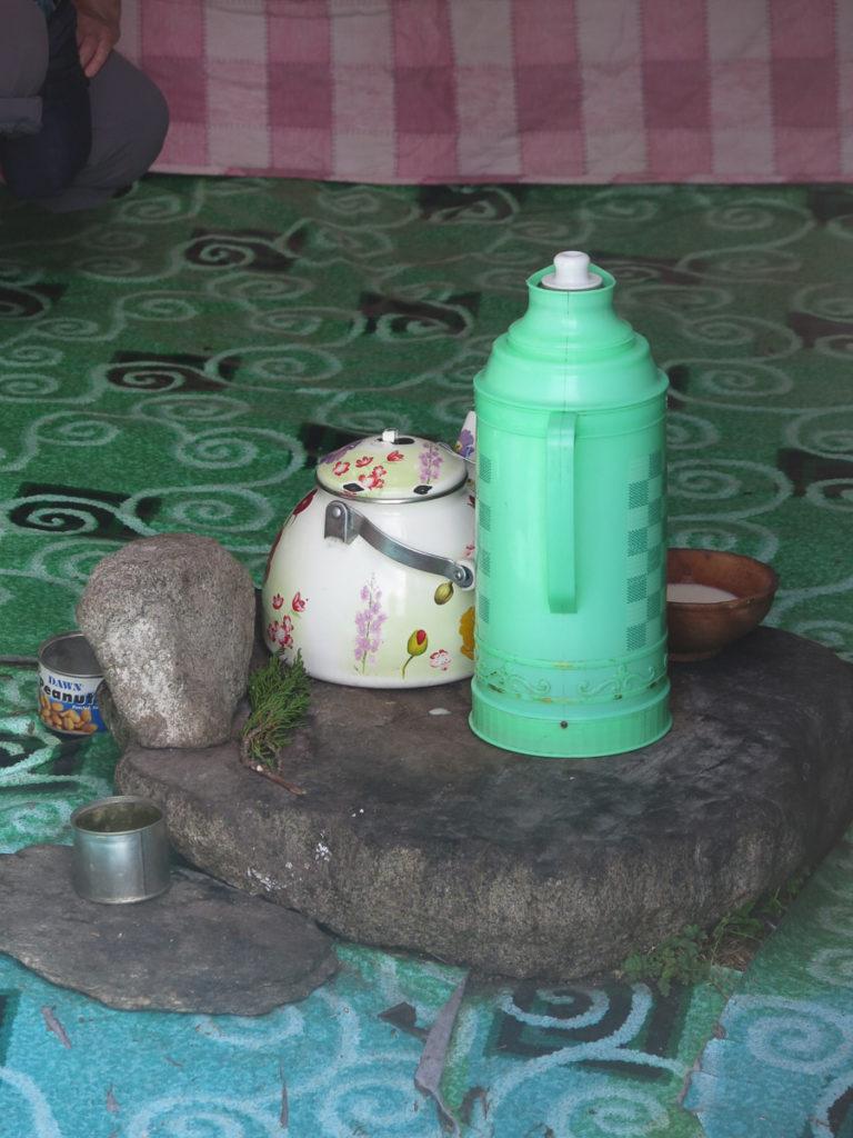 Mongolische Thermosflasche in eine Jurte
