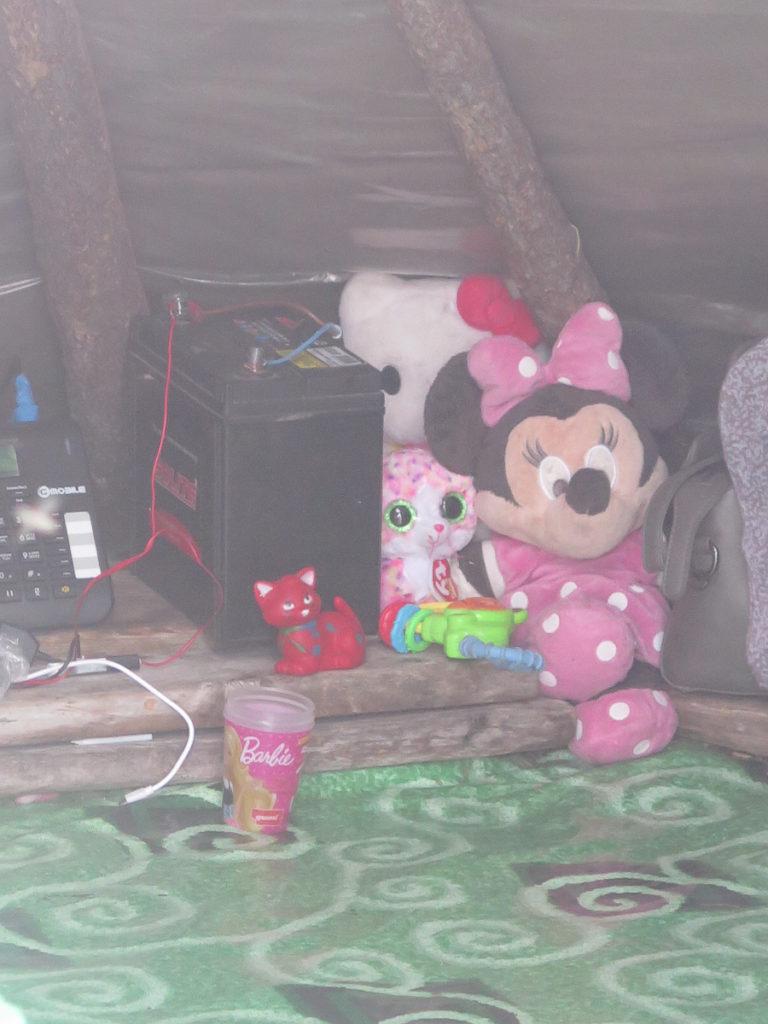 Plüschtiere und eine Telefon in einer Jurte in der Mongolei
