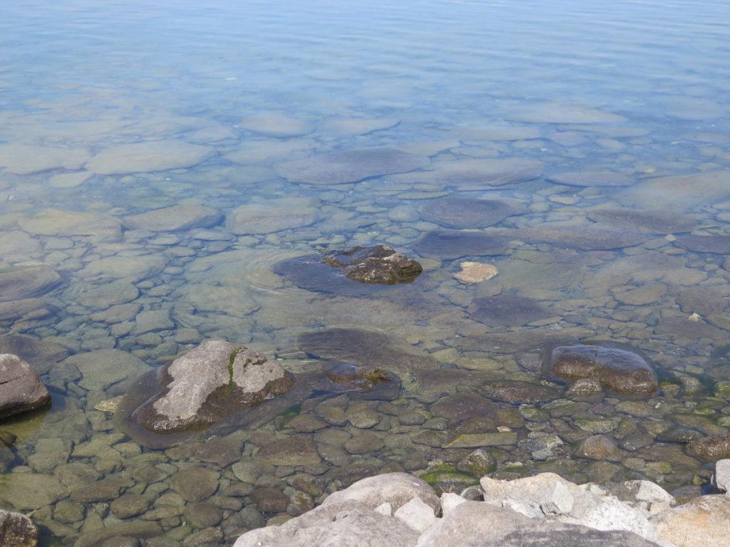 Steine im Wasser vom kristallklaren Chuwsgulsee