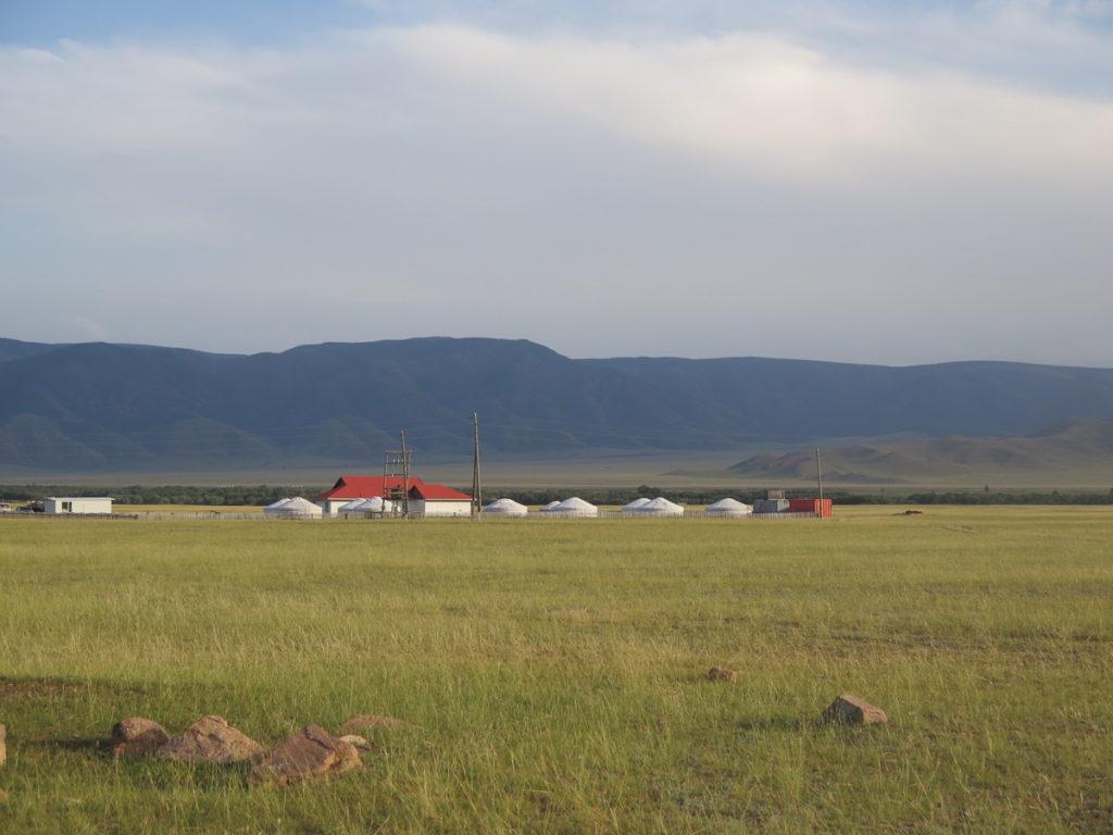 Jurtencamp in mongolische Landschaft