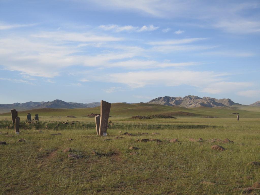 Hirschsteine in der mongolischen Landschaft blauer Himmel