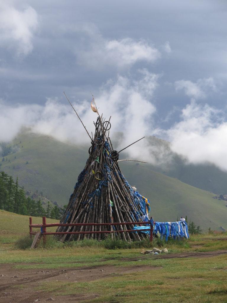 Mongolische Owoo auf dem Berg mit blaue Tücher