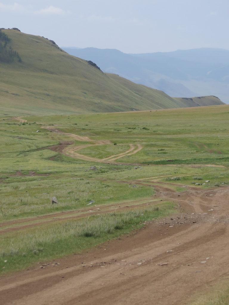 Wege in Berglandschaft in der Mongolei