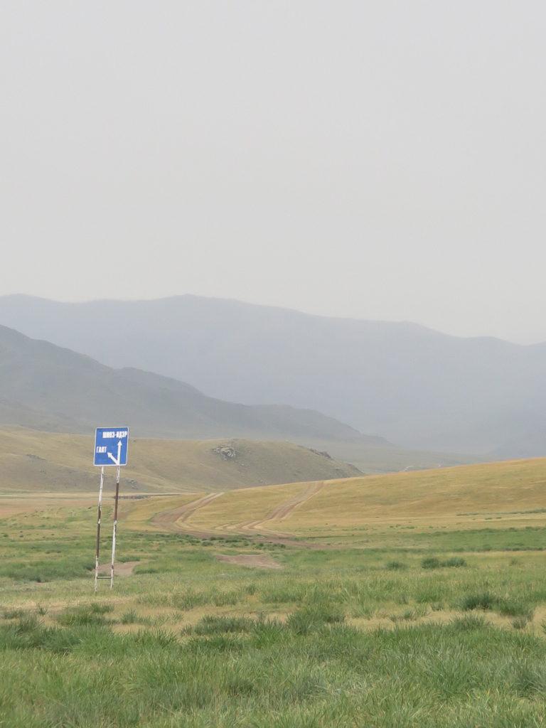 Wege und ein Schild in der Mongolei