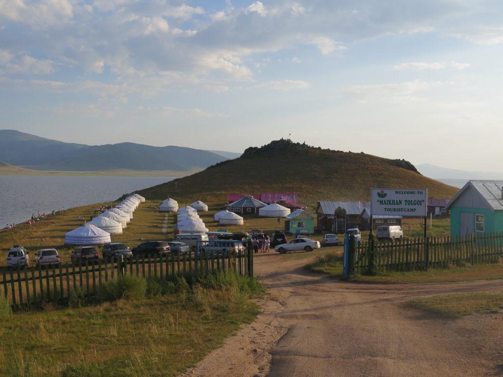 Übersichtsfoto bei Sonnenschein vom Jurtencamp Maikhan Tolgoi