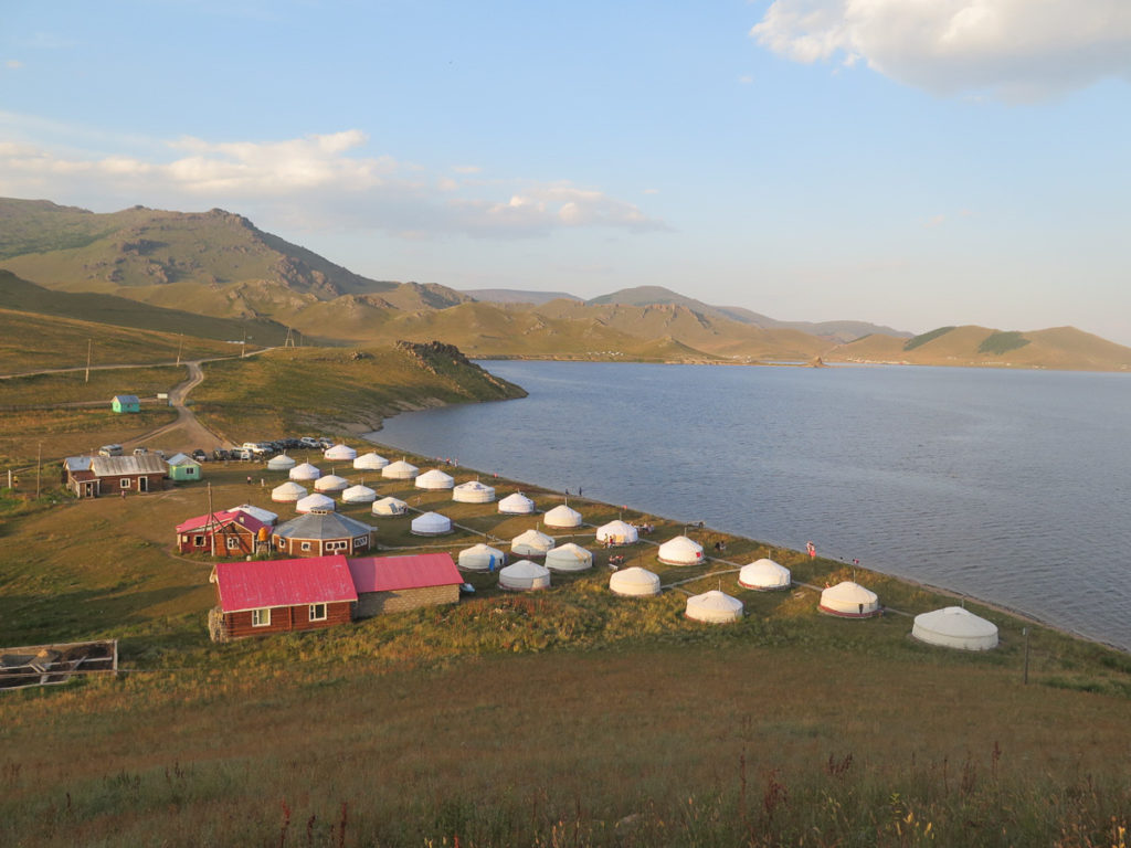 Blick von oben auf Tsagaan Nuur See und Jurtencamp Maikhan Tolgoi