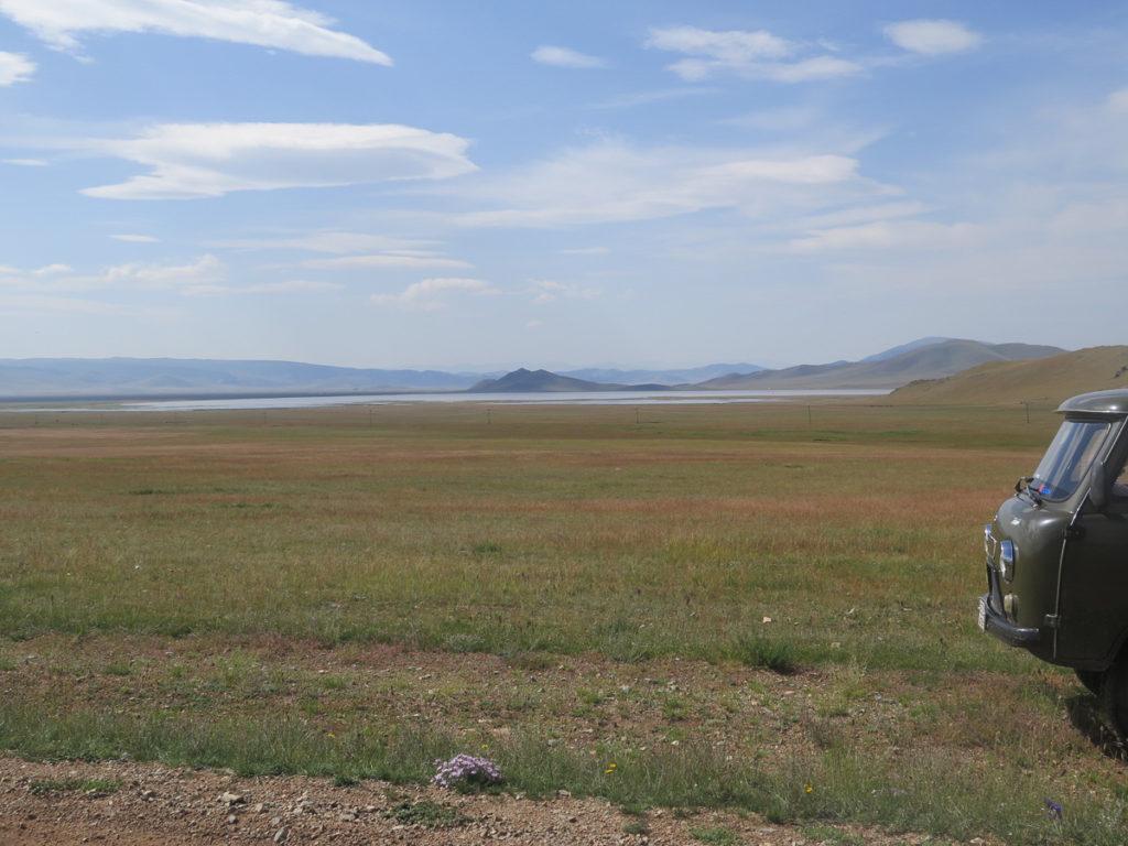 Aussicht auf Tsagaan Nuur See im Vordergrund russischer Bus