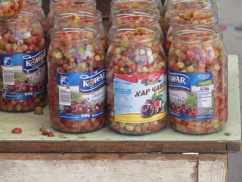 walderdbeeren in gläser auf dem Markt in Erdenet