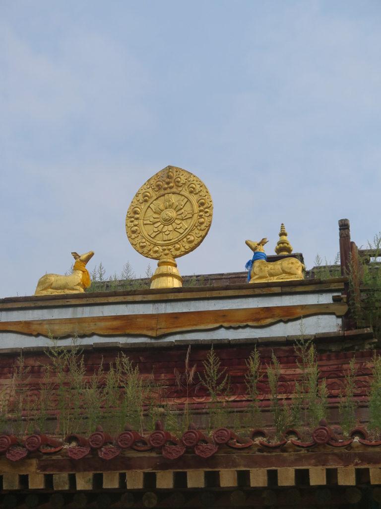 Goldene Figuren auf dem Dach von Kloster Amarbayasgalant