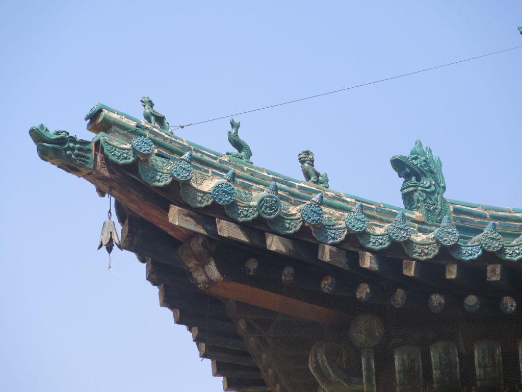 Dekorative Figuren auf dem Dach vom Buddhistischen Tempel