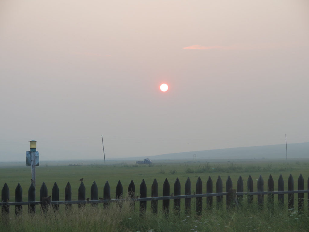 sonnenuntergang im jurtencamp Mongolei