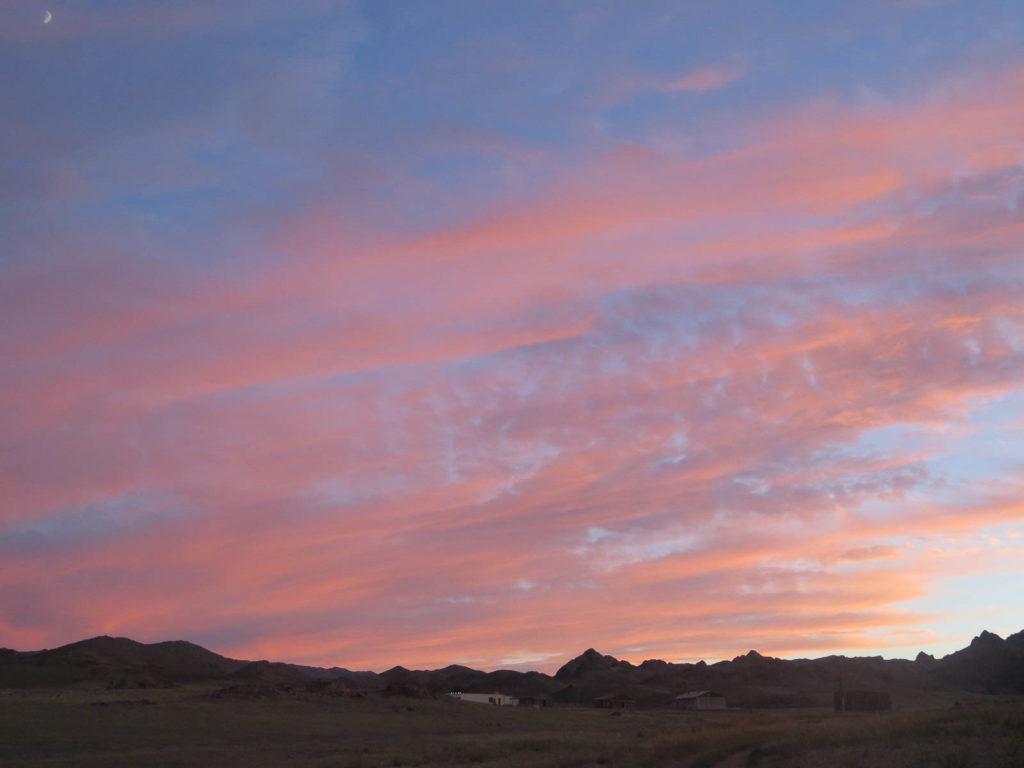 Sonnenuntergang leuchtend rosa in der Mongolei