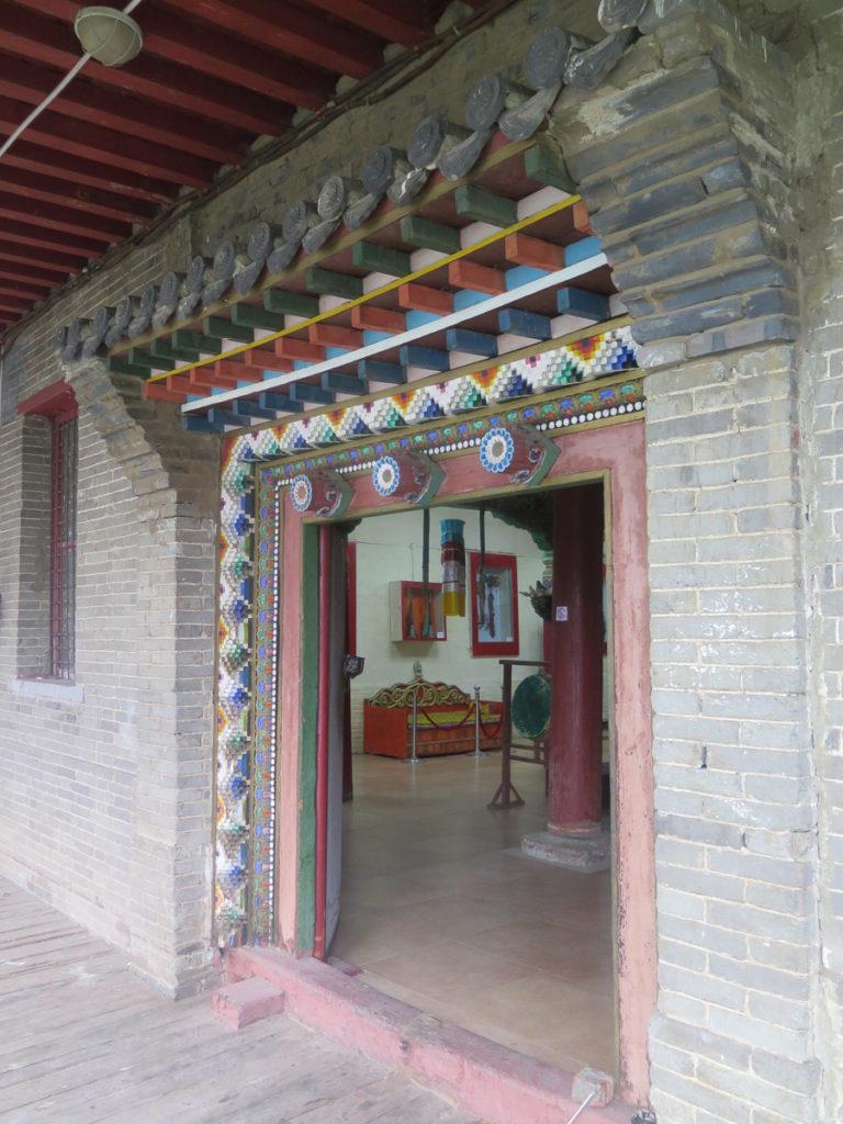 Verzierter Eingang im Aimag Museum Tsetserleg