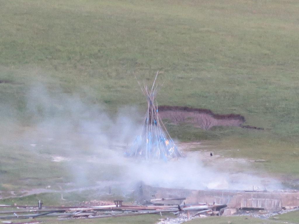 Heisse Quelle Tsenkher, Dunst von der Quelle, im Vordergrund Röhre, im Hintergrund eine Owoo