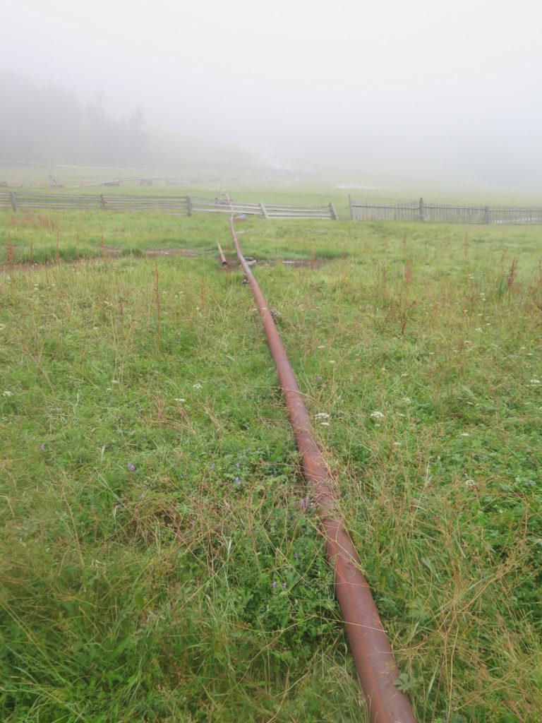 Rohr das von der heissen Quelle kommt, im Nebel
