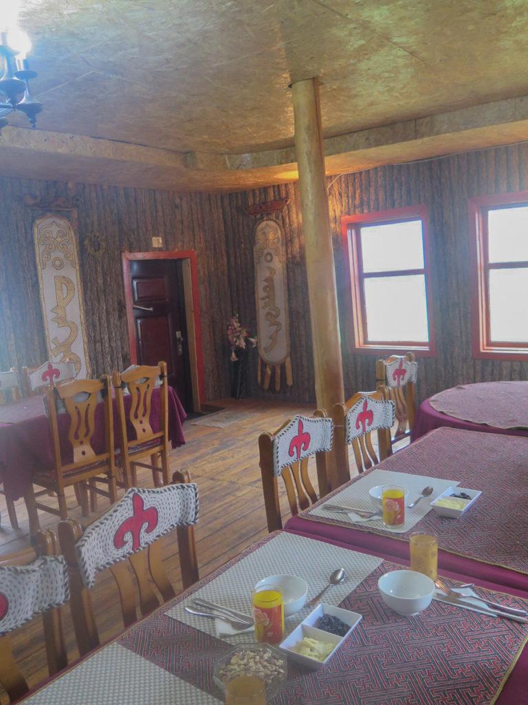Essraum im Camp mit mongolische Deko