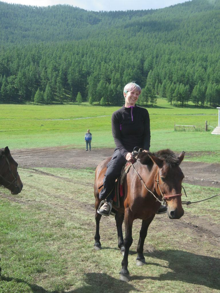 Ich auf einem mongolischen Pferd, Wald im Hintergrund