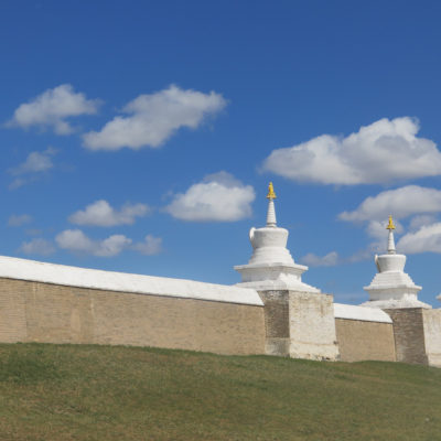 Stupamauer Kloster Erdene Zuu, blauer Himmel