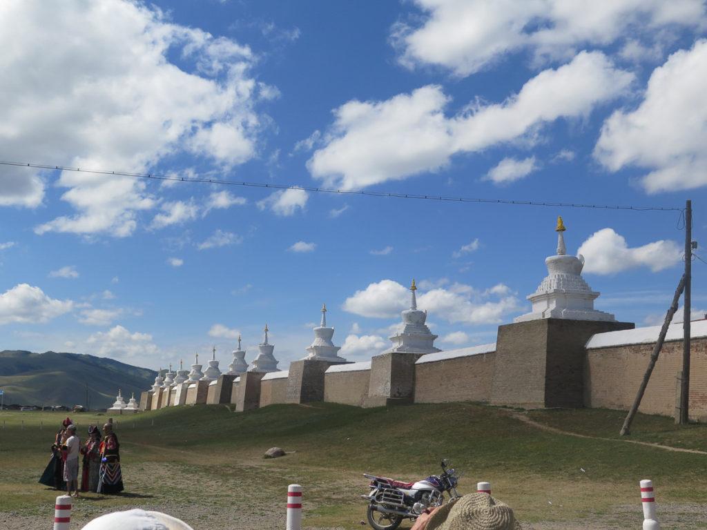 Stupas, Außenmauer Kloster Erdene Zuu, blauer Himmel mit weisse Wolken
