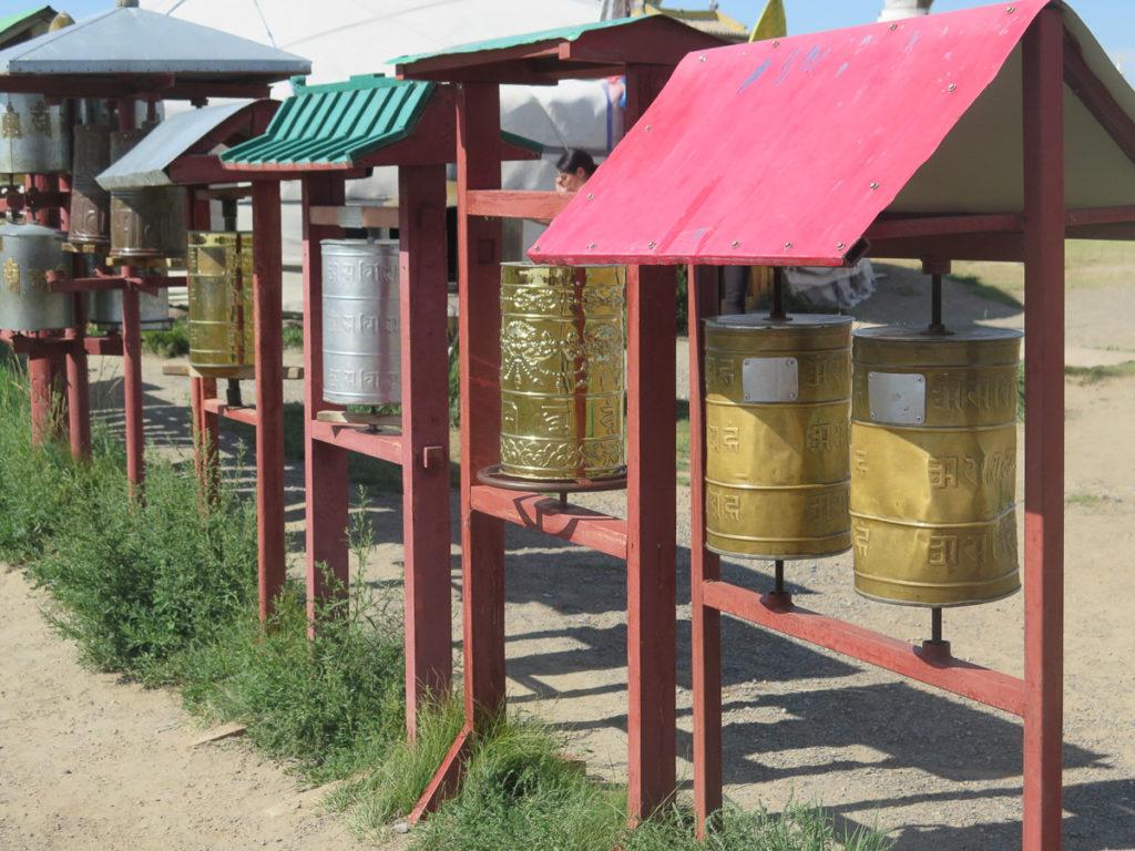 Gebetsmühlen in verschiedene Farben im Kloster Erdene Zuu