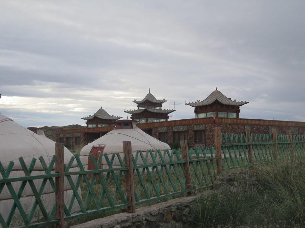 Camp Secret of Ongi Hauptgebäude mit chinesische Türme, vorne Jurten und ein Zaun